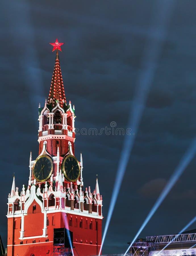 Torre de Spasskaya do Kremlin de Moscou na iluminação fotografia de stock royalty free