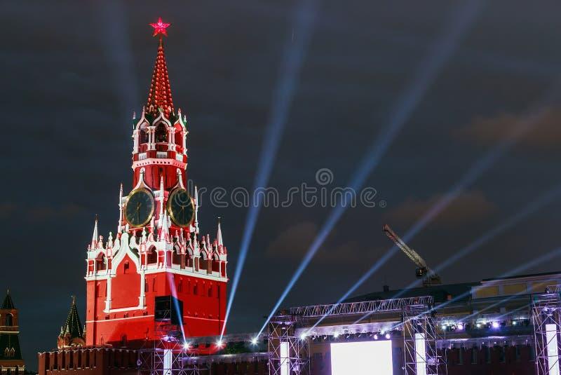 Torre de Spasskaya do Kremlin de Moscou na iluminação imagens de stock
