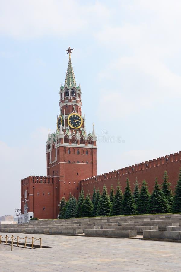 Torre de Spasskaya e parede do Kremlin na cidade de Moscou fotografia de stock
