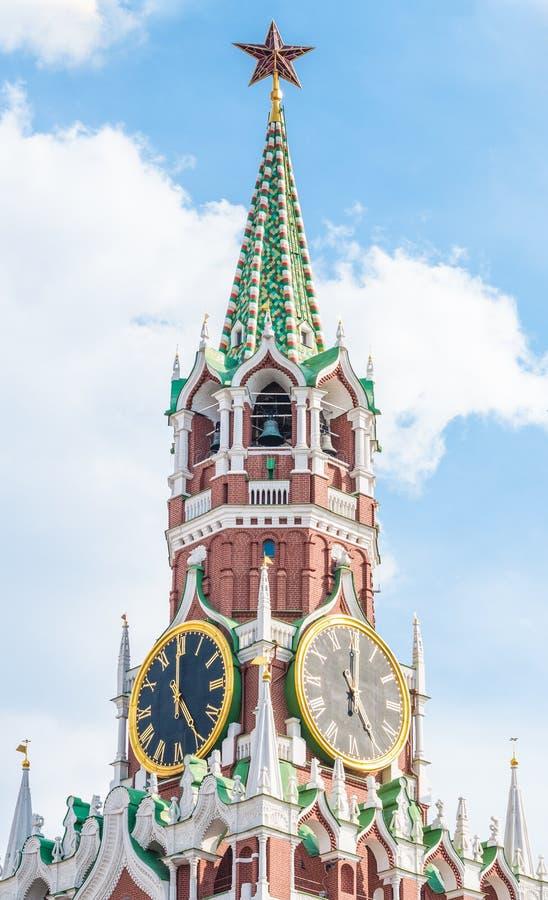 Torre de Spasskaya de la Moscú el Kremlin fragmento El Kremlin chimes el reloj del ` de las demostraciones cinco o fotografía de archivo libre de regalías