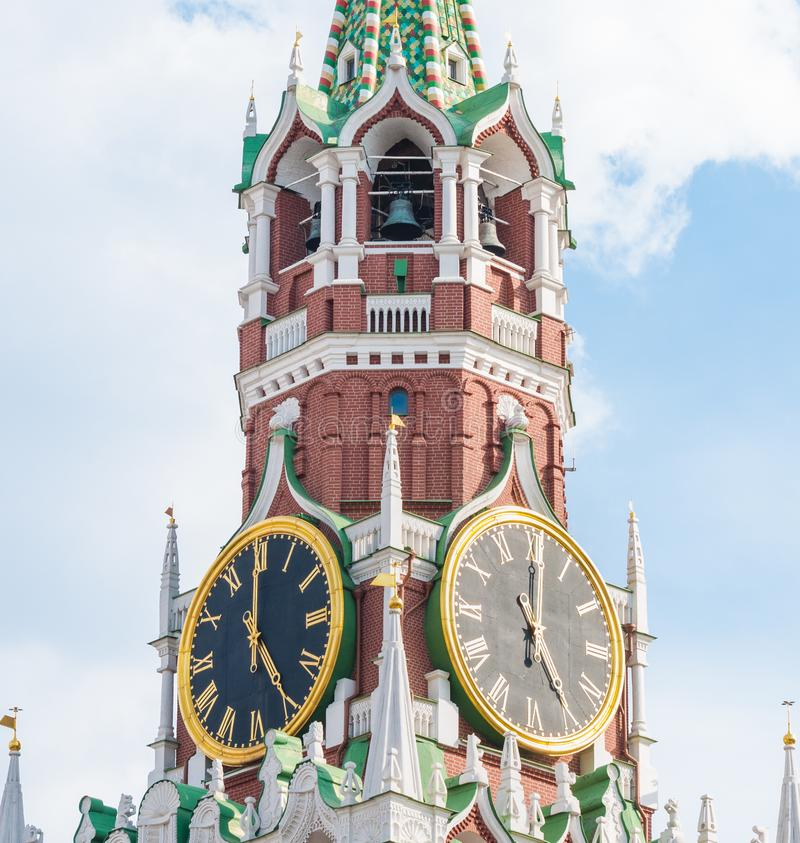 Torre de Spasskaya de la Moscú el Kremlin fragmento El Kremlin chimes el reloj del ` de las demostraciones cinco o imagen de archivo