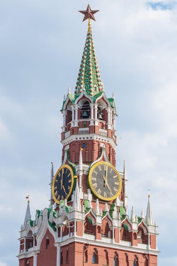 Torre de Spasskaya de la Moscú el Kremlin fragmento El Kremlin chimes el reloj del ` de las demostraciones cinco o foto de archivo