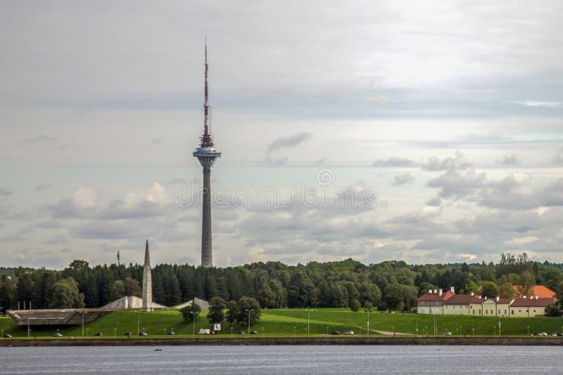 Torre de Tallinn TV en la opinión del mar foto de archivo