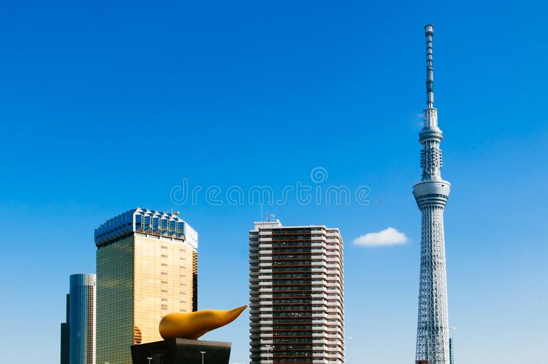Torre de Tokio Skytree contra el cielo azul con Asahi Beer Hall, señal moderna famosa de Japón imagen de archivo
