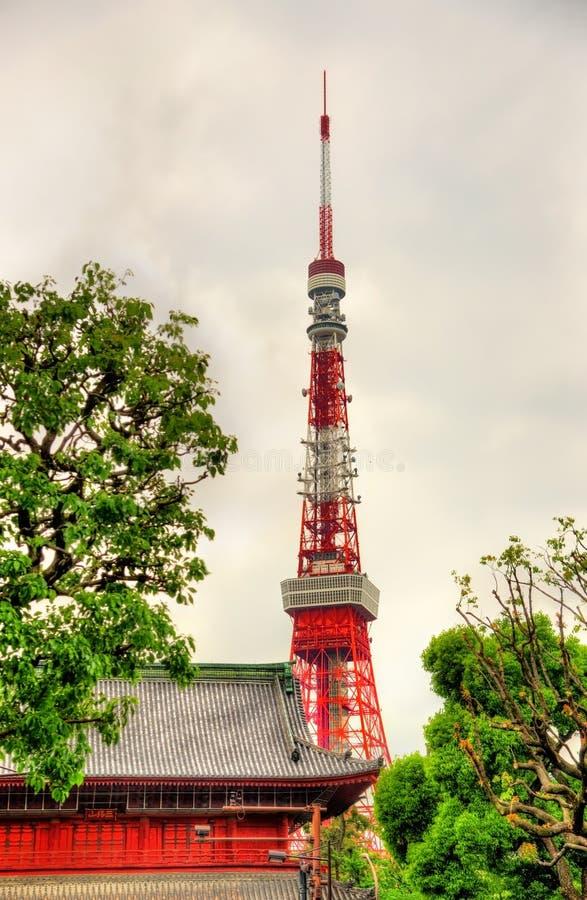Torre de Tokio sobre el templo de Zojo-ji fotos de archivo