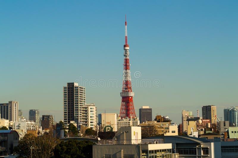 Torre de Tokio vista de la vecindad de Roppongi Hills en Tokio fotos de archivo