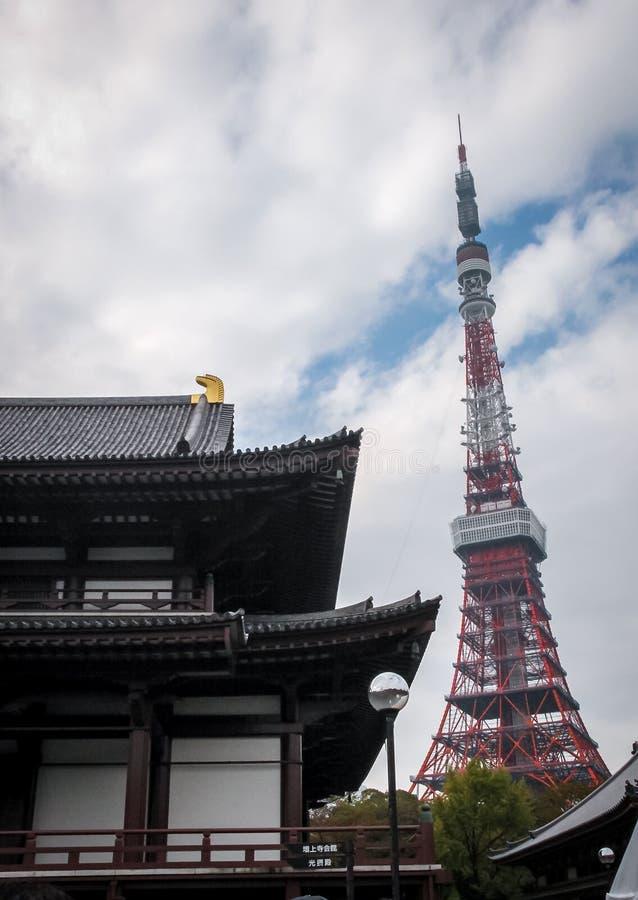 Torre de Tokio y templo del ji de Zojo - Tokio, Japón foto de archivo libre de regalías