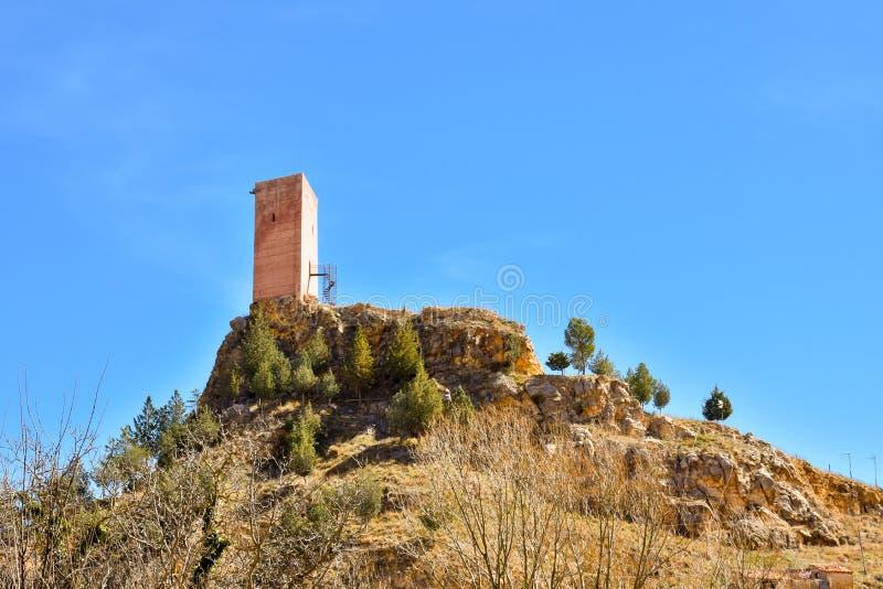 a torre de um castelo antigo em uma vila pequena chamou Villel em Teruel/Espanha em um dia claro ensolarado O castelo é arruinado fotografia de stock