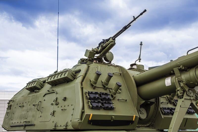 A torre de um moderno howitzer autopropulsionado com proteção contra ataques de incêndio imagens de stock