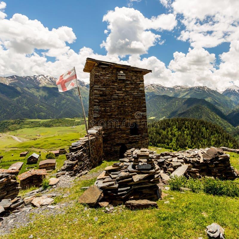 Torre de vigia feita da pedra do xisto Kvemo Omalo superior em Cáucaso Georgian na região de Tusheti fotografia de stock royalty free