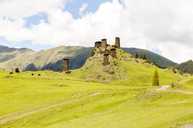 Torre de vigia feita da pedra do xisto Kvemo Omalo superior em C?ucaso Georgian na regi?o de Tusheti fotografia de stock royalty free