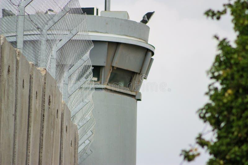 Torre de vigia na parede de separação entre os territory's palestinos ocupados no Cisjordânia ou Gaza e Israel imagem de stock