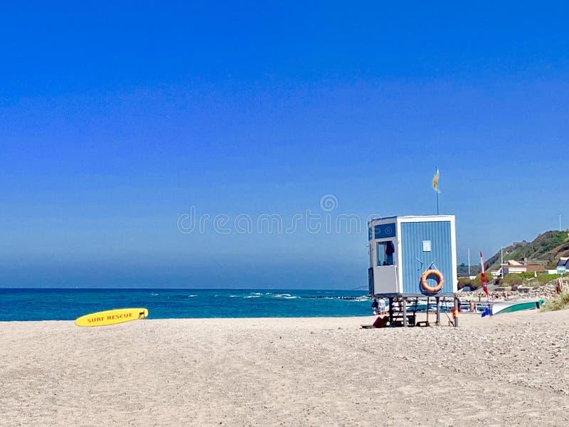 Torre de vigia na praia em Dinamarca imagem de stock