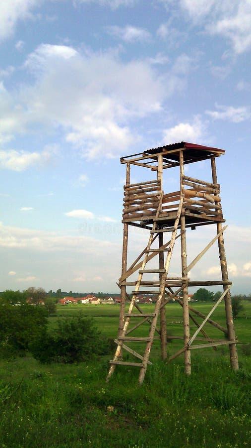 Torre de vigia no prado fotografia de stock royalty free
