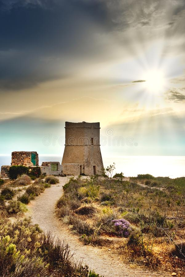 Torre de vigia pequena em Malta Torre de Ghajn Tuffieha imagem de stock royalty free