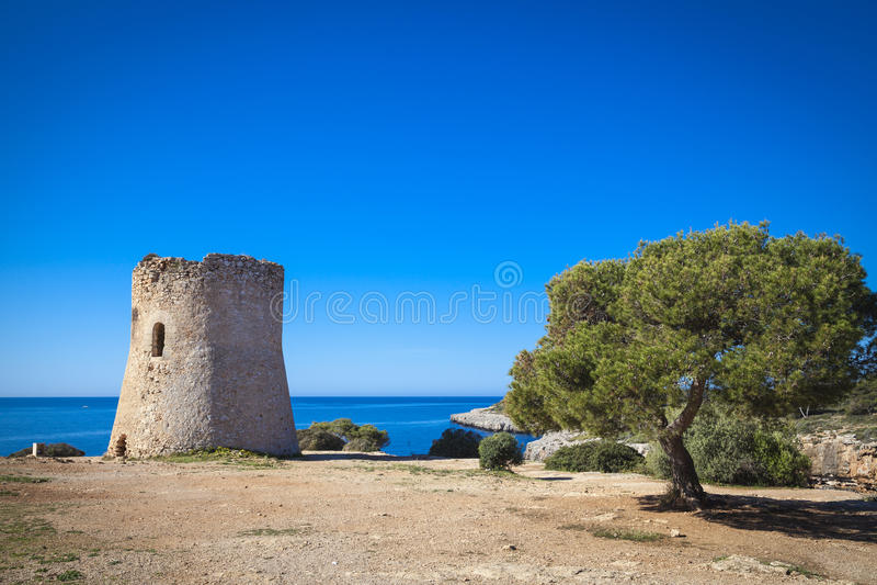 Torre de vigia velha no pi de Cala fotografia de stock