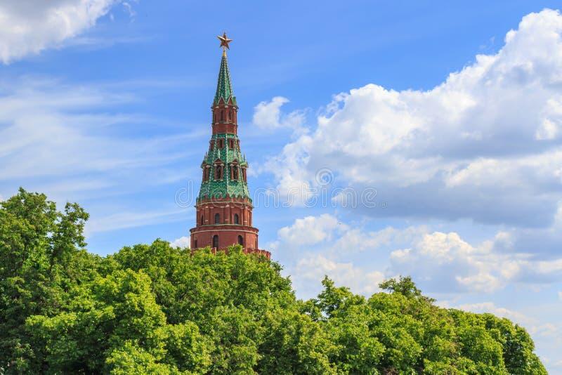 Torre de Vodovzvodnaya do Kremlin de Moscou no árvores verdes e fundo do céu azul no dia de verão ensolarado imagens de stock royalty free