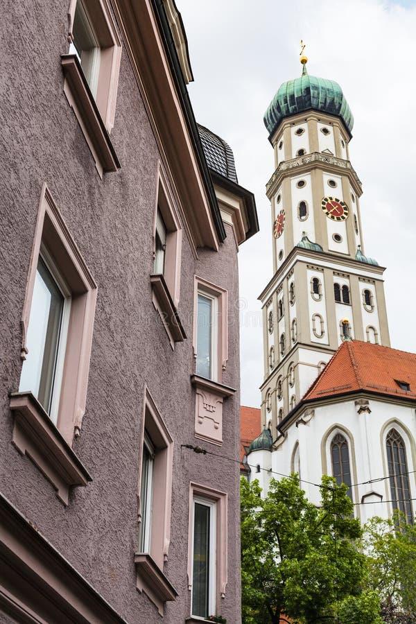 Torre degli ss Ulrich e chiesa di Afra e casa urbana fotografie stock libere da diritti