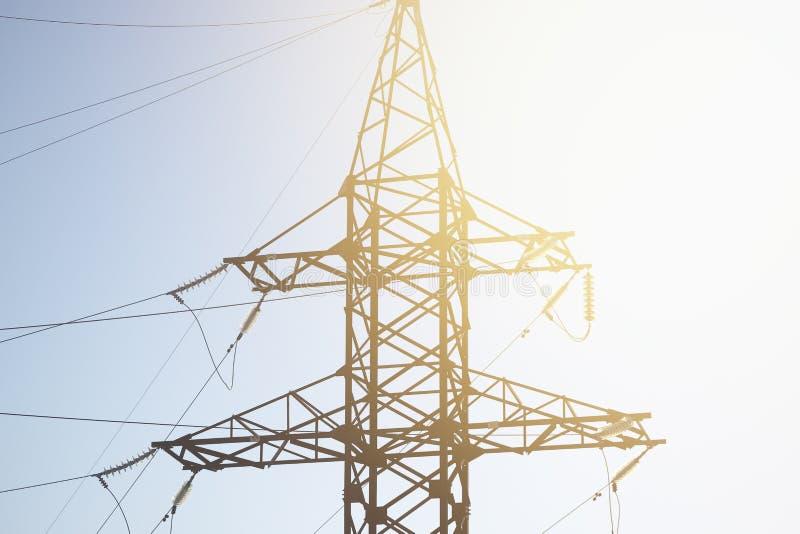 Torre del acero de los posts del poder del cable de tensión imagen de archivo libre de regalías