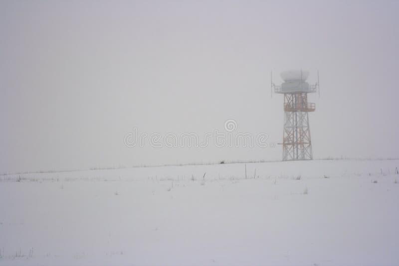Torre del aeropuerto y tormenta de la nieve imágenes de archivo libres de regalías