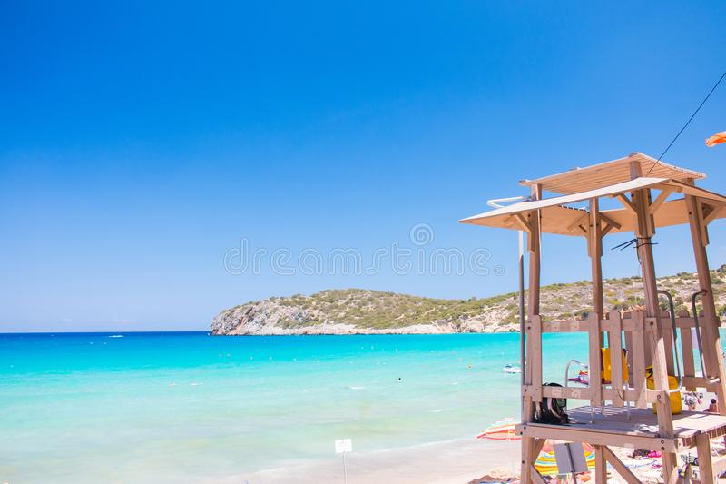 Torre del bagnino alla bella spiaggia blu La Grecia, Creta, spiaggia di Voulisma Cabina del bagnino sulla spiaggia fotografia stock libera da diritti