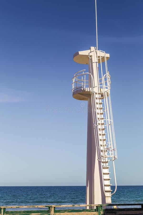 Torre del bagnino per sorvegliare l'area di nuoto immagini stock