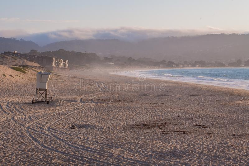 Torre del bagnino sulla spiaggia nella baia di Monterey, California, U.S.A. fotografia stock