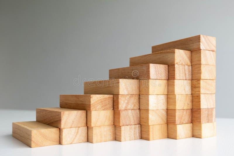 Torre del bloque de madera con el modelo de la arquitectura, el riesgo alternativo de planificación y la estrategia en concepto d imagenes de archivo