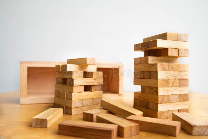 Torre del bloque de madera con el modelo de la arquitectura, el riesgo alternativo de planificación y la estrategia en concepto d fotos de archivo libres de regalías