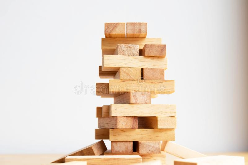Torre del bloque de madera con el modelo de la arquitectura, el riesgo alternativo de planificación y la estrategia en concepto d fotografía de archivo