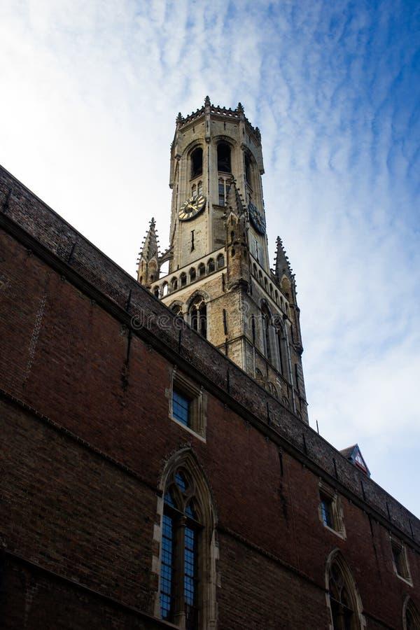 Torre del campanario de una iglesia, Brujas imágenes de archivo libres de regalías