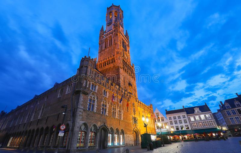Torre del campanario en el centro hist?rico de Brujas en la noche, B?lgica imagen de archivo libre de regalías
