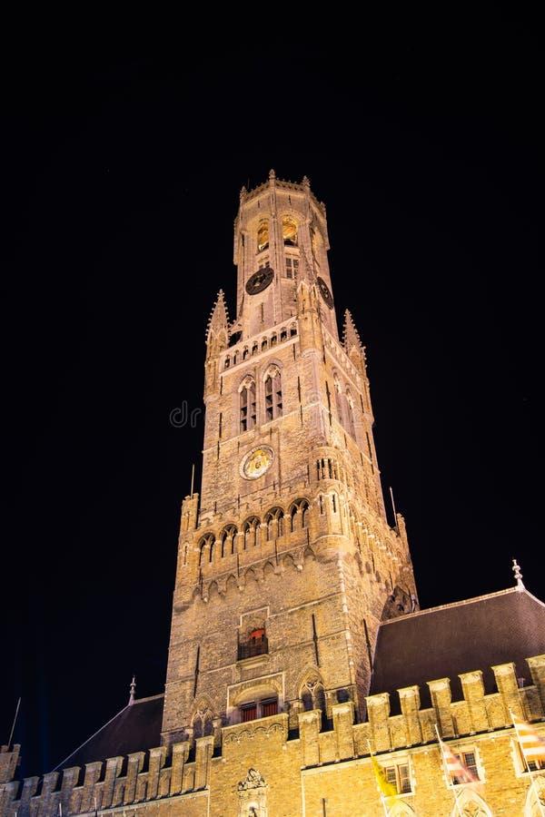 Torre del campanile nel centro storico di Bruges alla notte, Belgio fotografia stock libera da diritti