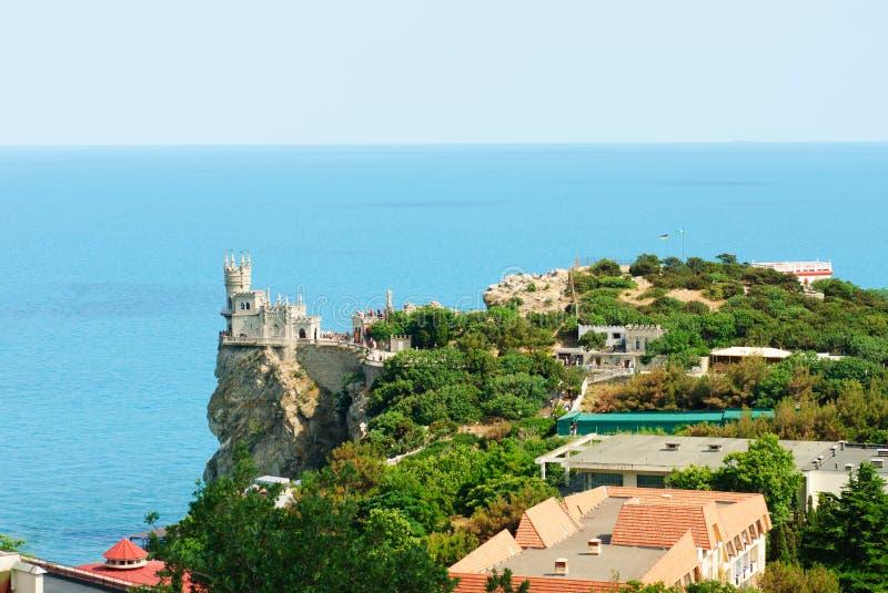 Torre del castello del nido del sorso, Crimea, Ucraina, con cielo blu ed il mare su fondo fotografia stock