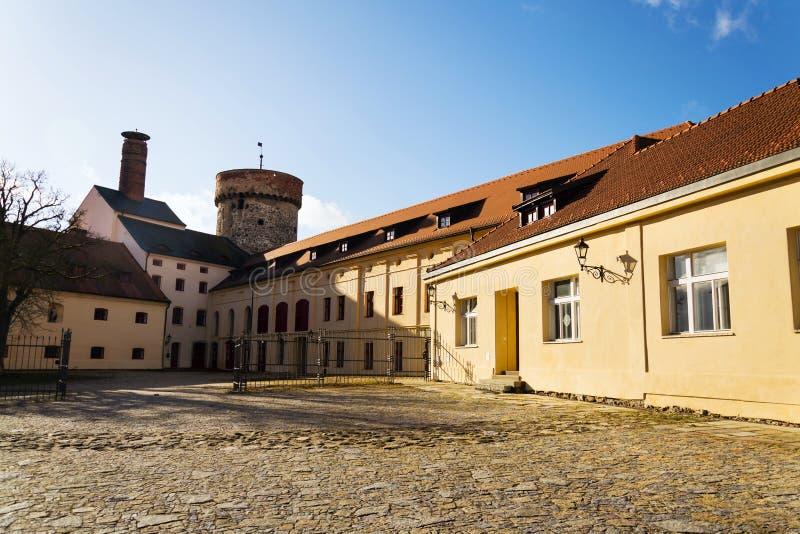 Torre del castello di Kotnov con la fabbrica di birra dei cittadini, Tabor, repubblica Ceca immagine stock libera da diritti