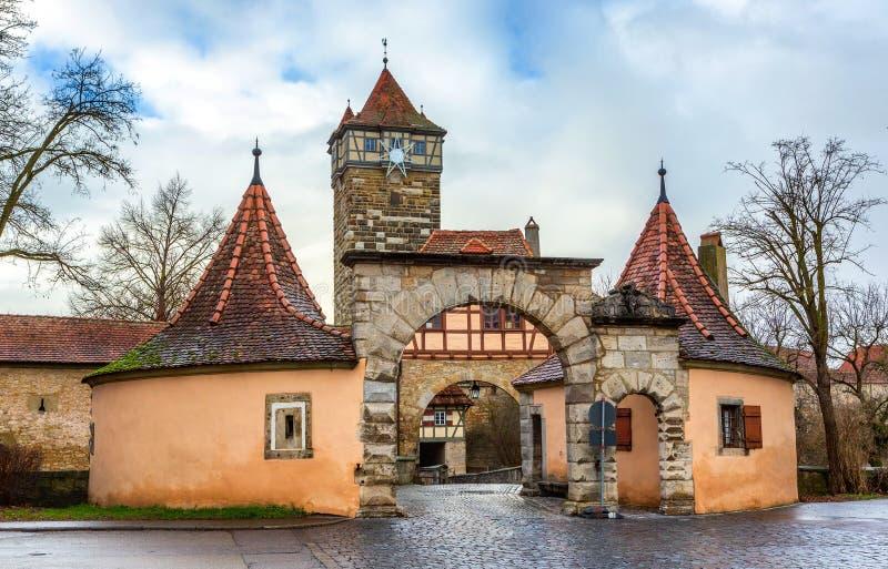 Torre del castello e portone della città all'entrata alla vecchia città del der Tauber del ob di Rothenburg fotografia stock libera da diritti