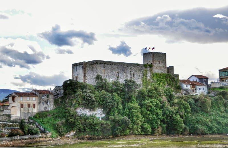 Torre del castillo e iglesia medievales de San Vicente de la Barquera imágenes de archivo libres de regalías