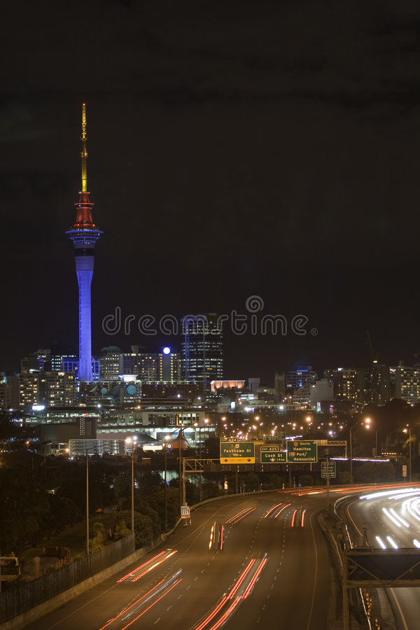 Torre del cielo de Auckland en la noche imagen de archivo libre de regalías