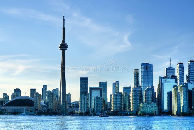 Torre del CN e città di Toronto, Canada visto dal lago ontario immagini stock
