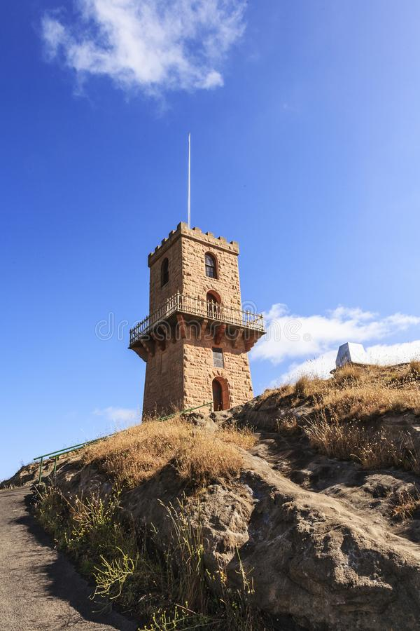 Torre del cuento de hadas en la colina con el soporte centenario Gambier Aus del balcón fotografía de archivo