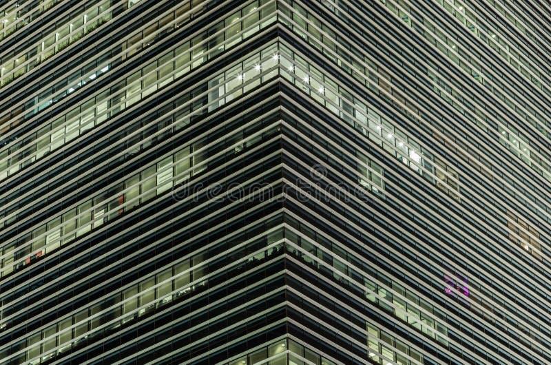 Torre del edificio de oficinas en escena de la noche imagen de archivo