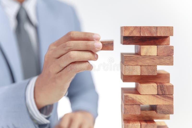 Torre del edificio del hombre de negocios de bloques de madera imagenes de archivo