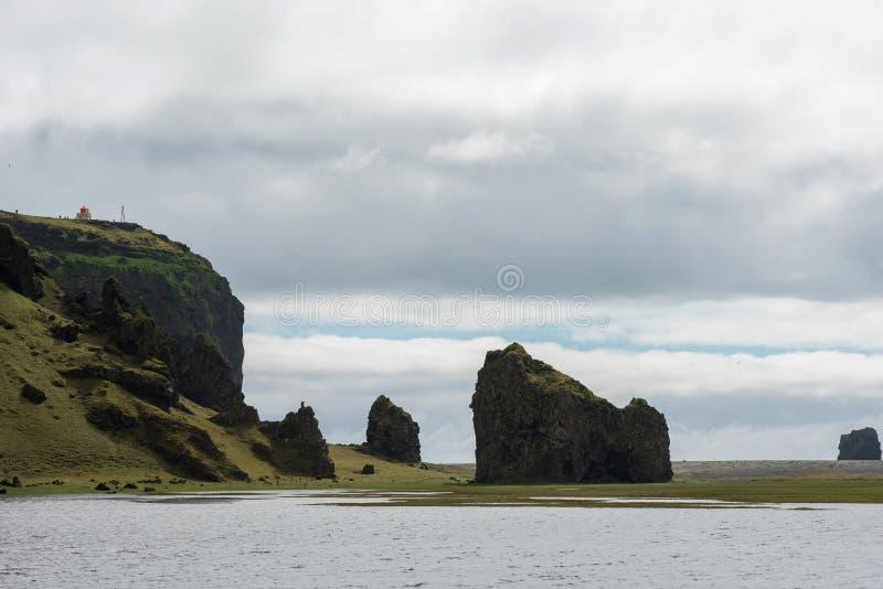 Torre del faro di Dyrholaey, costa atlantica dell'Islanda fotografia stock