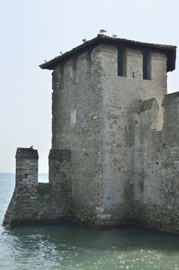 Torre del fortalecimiento medieval del puerto imagen de archivo libre de regalías