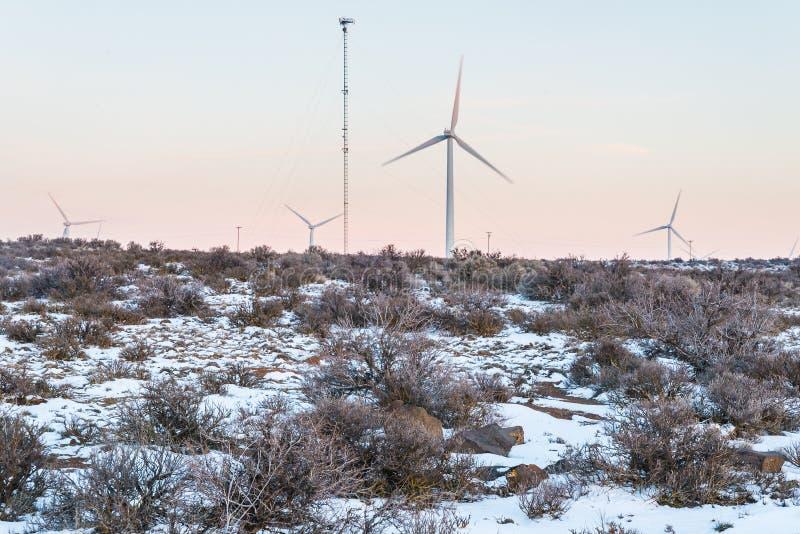 Torre del generatore eolico con il fondo del cielo di tramonto nel contro lato, stagione invernale fotografia stock libera da diritti