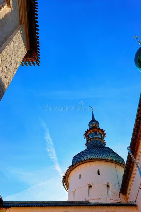 Torre del Kremlin en el oblast de Rostov Veliky Yaroslavl en Rusia imagenes de archivo