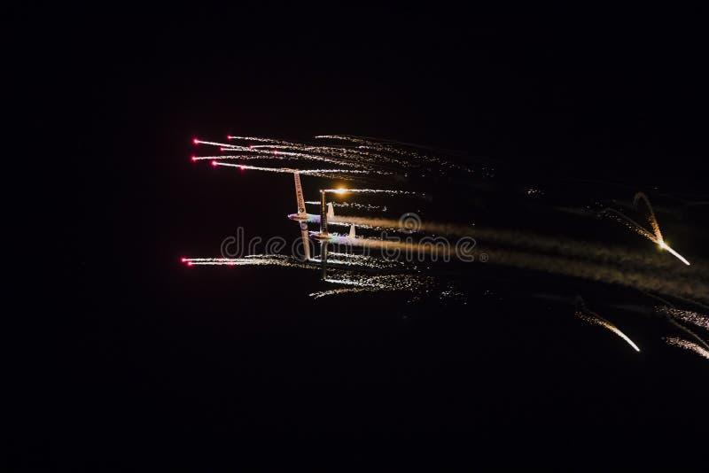 TORRE DEL MĄCĄCY HISZPANIA, Lipiec, - 28, 2018: Aerosparks hebluje spełnianie nocy airshow w nocy z fajerwerkami przy Torre Del M obrazy stock