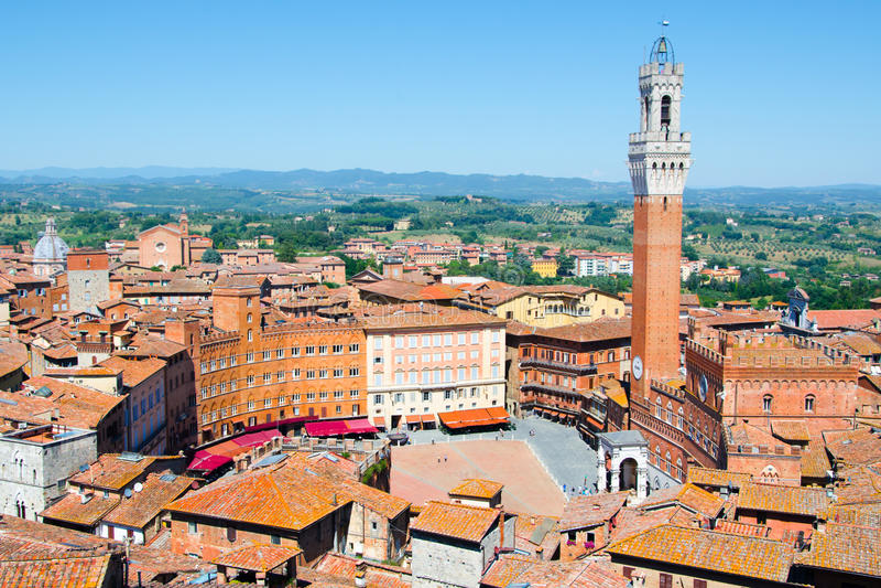 Torre del Mangia in oud middeleeuws historisch centrum van Siena stock afbeeldingen