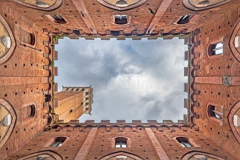 Torre del Mangia a Siena, Italia, veduta dall'interno di Palazzo Pubblico immagini stock