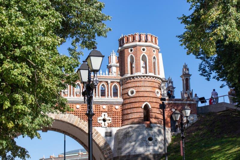 Torre del mattone rosso, con gli elementi bianchi Pali della luce neri Ponte dell'arco fatto della pietra fotografia stock